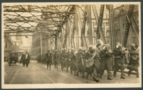 img616-Sikh-military-band-leading-troops-across-the-Garden-Bridge